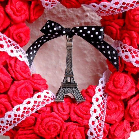Párizs ajtódísz piros rózsákból - rendelhető - Anyák napja, ballagás, esküvő, ajándék, Dekoráció, Otthon, lakberendezés, Dísz, \Tévelyegni emberi dolog, csavarogni párizsi.\ Victor Hugo   Ajtódísz javíthatatlan Párizs-rajongó..., Meska