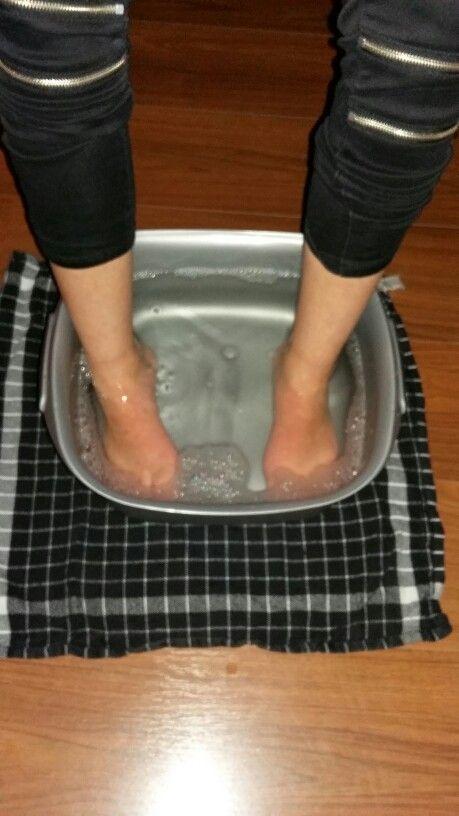 Voetenbad met oerzeezout en essentiële olie... Heerlijk om spanning en onrust los te laten!