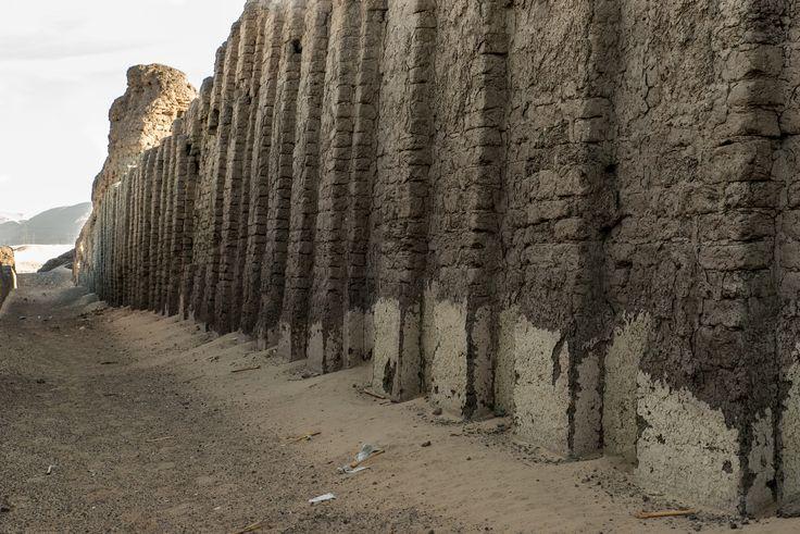 Abydos - Tomba di Shunet - Il recinto interno (54 x 113m) è circondato da un muro che si innalza fino a 11 metri. Sulla facciata si impone un modello plastico del corpo di fabbrica, ottenuto tramite nicchie che sfruttano l'effetto chiaroscurale.