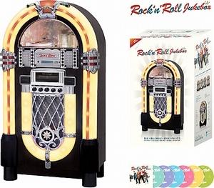 Ricatech RR950 Rock 'n' Roll Jukebox. Deze jukebox wordt compleet geleverd met een CD speler die mp3-bestanden leest en digitale AM / FM-radio. Aan de achterzijde van de jukebox treft u de aux-ingang, externe luidsprekeraansluiting en de lichtregelaar aan. Met de aux-in kunt u elke mp3-speler, smartphone of (tablet) PC aansluiten. De aux-uit geeft u de mogelijkheid de jukebox op elk entertainment systeem aan te sluiten.