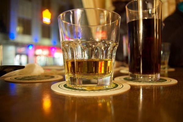 Si tienes el ácido úrico alto, debes desterrar de tu dieta a las bebidas alcohólicas, entre otros alimentos prohibidos