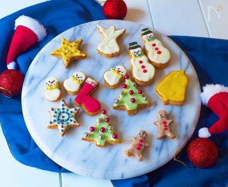 クリスマスに子供と作るお菓子    アイシングクッキーは、クッキーを焼いたりアイシングをするのが面倒〜  そんな人にもオススメのクッキーです。    型抜きした食パンをカリカリに焼いて、チョコペンで色をつけるだけ‼️  これなら、子供でも簡単に作れますね!