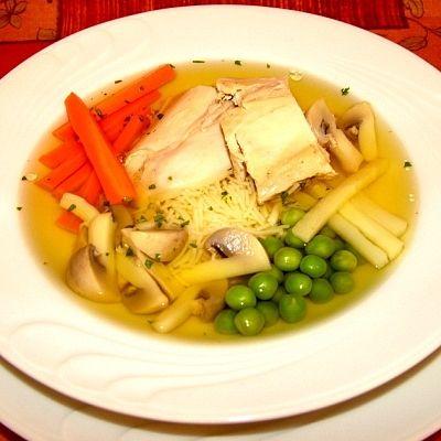 """Újházy-tyúkhúsleves: Híres magyar étel, mely Újházi Ede színészről kapta a nevét. A húsleves nem más, mint ,,az érett tyúkdarabokkal, aprólékokkal, jóféle fehér húsdarabkákkal, tésztával és megfelelő zöldséggel párolt leves"""". A lakodalmak kedvelt első fogása, de egy tányér leves még a betegeket is meggyógyítja."""