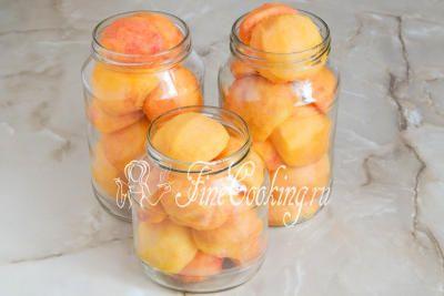 Шаг 4. Раскладываем подготовленные половинки персиков в предварительно стерилизованные банки