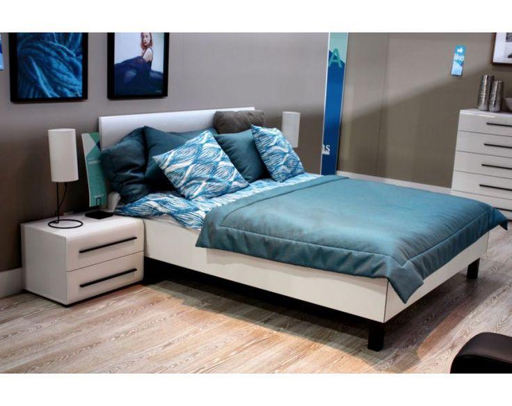 Elegantní bílá ložnice se zaobleným nábytkem