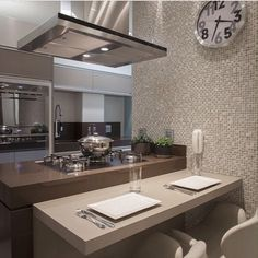 Cozinha, destaque para a ilha com cooktop, uma dica bacana para quem gosta de…