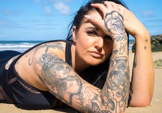 Qualquer aficionado por tatuagem sabe que o maior inimigo dos desenhos na pele é o sol. Cores, traços e definições podem se perder pela reação da tinta à radiação solar, provocando desbotamento, apagamento, despigmentação e perda de definição. Pensando não só nas especificidades da pele brasileira e na manutenção das tatuagens, tão populares por aqui, que a Coppertone anunciou sua nova linha de protetores solares. O Coppertone Tattoo possui FPS 50, trazendo filtros químicos e físicos a fim…