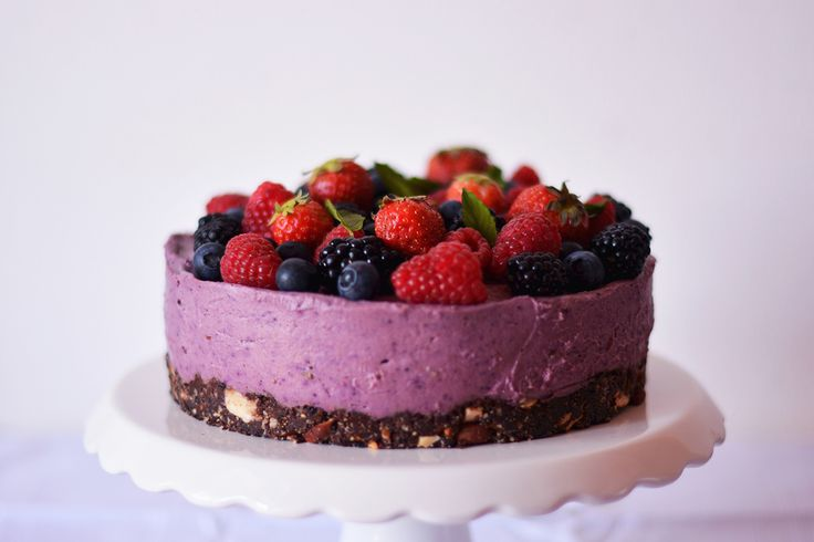 (Almost) Raw Berries Cheesecake // vegan, gluten-free, soy-free, raw option