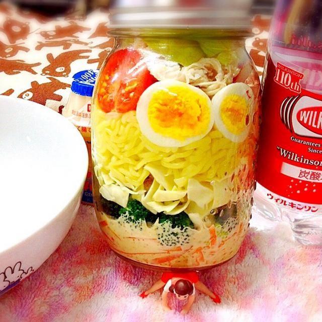 ★らーめんジャーサラダ     (麺つゆゴママヨドレッシング)  野菜は、人参・ブロッコリー・キャベツ・ミニトマト・もやし・玉ねぎ・レタス。  TP;酒蒸し比内地鶏を割いて。  冷やし坦々風味になってます❤️ - 44件のもぐもぐ - らーめんジャーサラダ(麺つゆゴママヨドレッシング)お弁当♪ by momomin