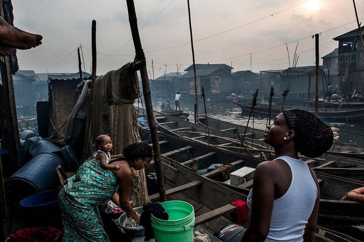 Το Μακόκο είναι μια περιοχή στο Λάγος όπου ζούν περίπου 85.000 άνθρωποι. Ο οικισμός ουσιαστικά είναι χτισμένος στον κόλπο, όλα τα σπίτια είναι σε υπερυψωμένους πυλώνες και είναι προσβάσιμα μόνο με βάρκα μέσω στενών καναλιών. Τα απορρίματα συχνά χρησιμοποιούνται κάτω από τα σπίτια ως στερεό έδαφος.©️Kadir Van Lohuizen