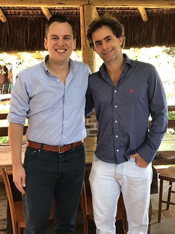 Mike Krieger é recebido por João Hermeto no restaurante Aprazível, no Rio de Janeiro (Foto: Divulgação)