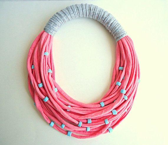 Este collar babero muy singular se hace con hilo camiseta coral rosa, hilo de camiseta gris y granos de la arcilla de polímero azul aqua hecha a mano. El perímetro interior es de unos 41cm (16.15 en). Es un collar corto. Tenga en cuenta que este hilo es muy elástica y consecuentemente este collar para más tamaños de cuello. Mejor solución para las mujeres con alergia metálica. Ideal para este verano como el rosa coral es una tendencia de moda. Es perfecto como regalo y viene muy bien…