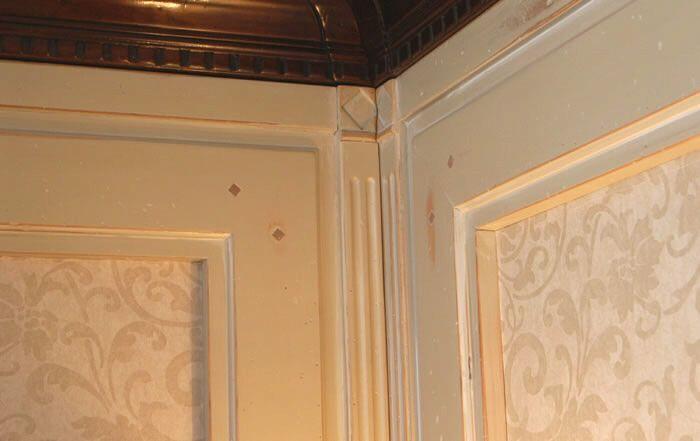 Boiserie in legno spazzolato dove la manualità di artigiani senior crea la differenza