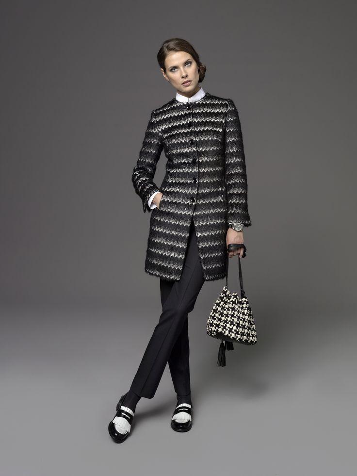 Muster mögen es üppig und können daher problemlos großflächig getragen werden. Und was bietet sich in der kalten Jahreszeit besser dafür an als ein kuscheliger Mantel oder Gehrock? Das Modell Tiffany kommt dank des gezackten Stoffs besonders lässig daher und setzt ein Fashion-Statement.