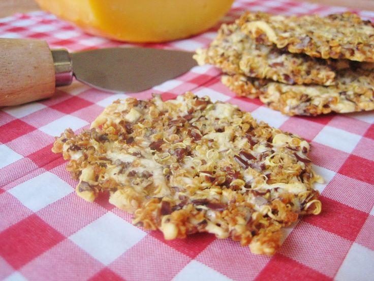 Quinoa, kaas, lijnzaad en water, dat is alles wat je nodig hebt voor deze heerlijk knapperige kaaskoekjes....