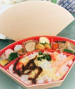 博多老松のお弁当シリーズ 今日は扇ちらし寿司弁当をいただきました  ちょこっとずついろんな種類を食べたい私にはたまらないお弁当だし巻きやがめ煮その他のおかず全部大好きです  http://ift.tt/2mo1SCZ  #老舗 #料亭 #博多 #老松 #はかた老松 #お弁当 #扇 #ちらし寿司 #ランチ  #美味しい #オススメ #ごちそうさまでした tags[福岡県]