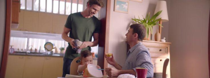 Nova campanha da Johnson's Baby celebra a diversidade familiar e traz casal gay