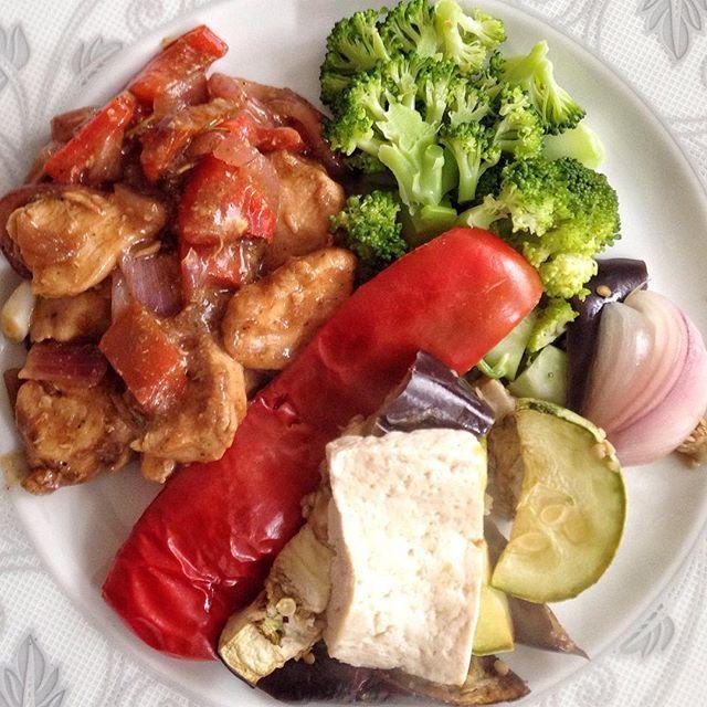 ➡️ Desculpa aê... Mas meu frango xadrez estava  |  Frango xadrez,  brócolis,  berinjela ao forno com 1 fatia de tofu e alguns legumes como pimentão e abobrinha  BOM DEMAIS !  #eatclean #eatinggoods #kikacome #kikacozinha #lunchtime #meualmoço #minhaquentinha #nooil #comerbemébom#meucheftime