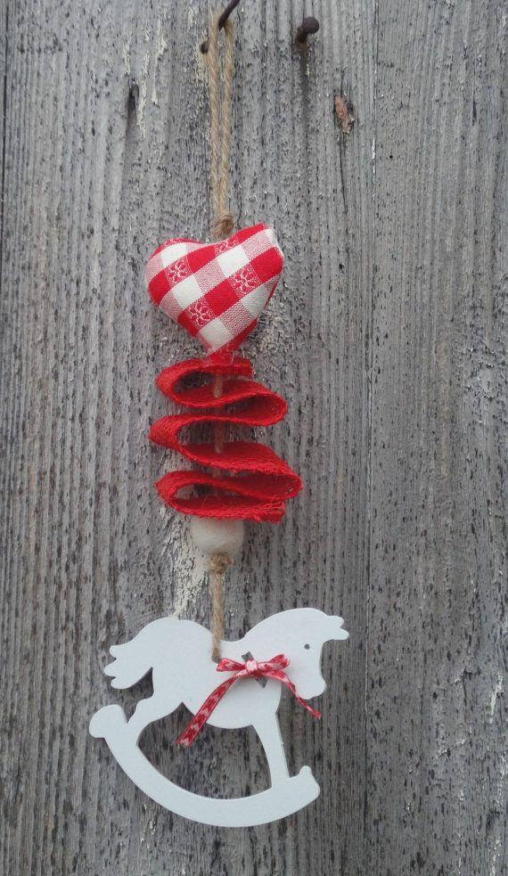 Ghirlanda natalizia con cavallo a dondolo in di RomantikPony Christmas wreath with rocking horse, red burlap and fabric heart