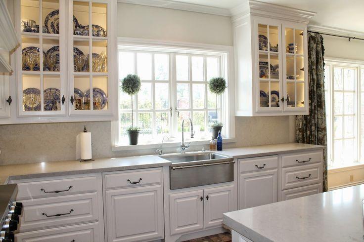 Pratos azuis dentro dos móveis de vidro da cozinha