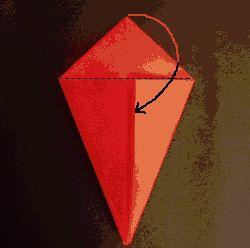Una vez los 2 vértices se han doblado hacia el eje central obtenemos una figura como la del dibujo.     Desplegamos los vértices y doblamos la punta superior hacia abajo tal como indica la flecha.   Desplegamos la punta hacia arriba y la volvemos a doblar hacia abajo, esta vez, dirección a la cara posterior.
