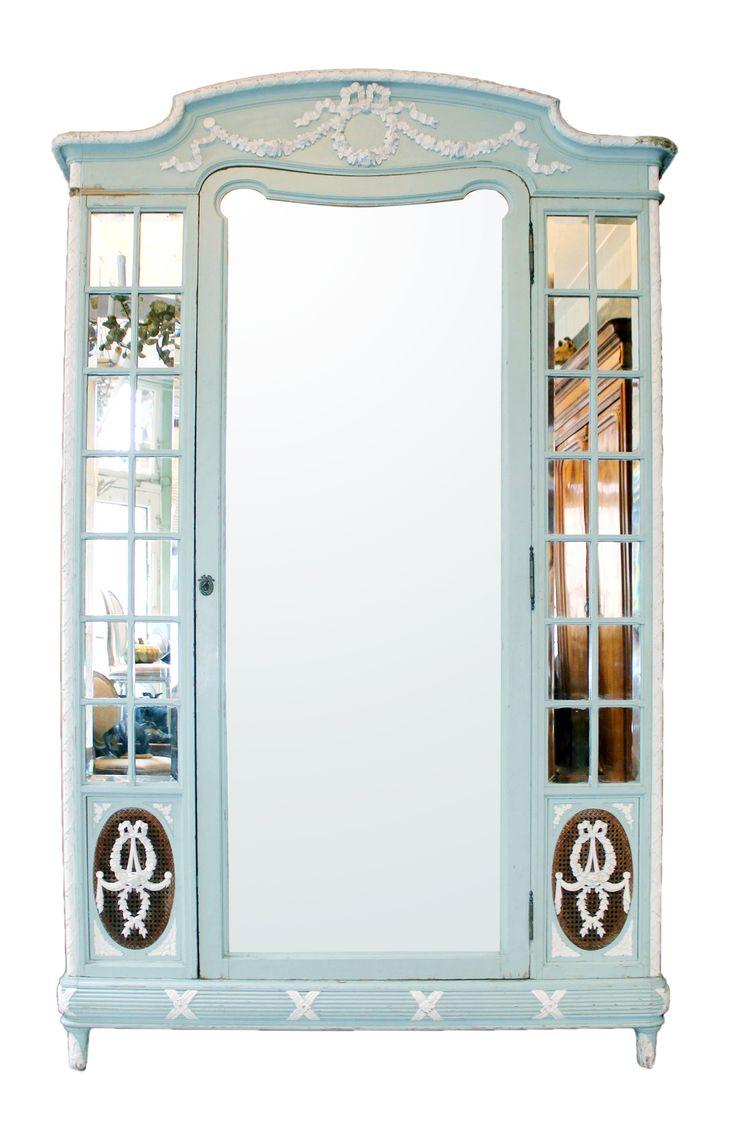 Interieurverzamelaars Michiel Wildschut en Baukje Stamm zijn onder meer gespecialiseerd in armoires, zoals dit rijkelijk gedecoreerde exemplaar (€ 2750,-). In hun winkel in Amsterdam vind je ook veel ander moois, zoals porselein, reissouvenirs en schilderijen. www.wildschut-antiques.com