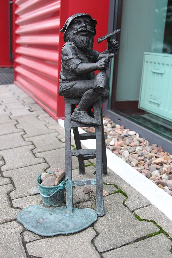 Impluś, wrocławski krasnal znajdujący się przed siedzibą firmy Impel przy Ślężnej 118; autor: Grzegorz Łagowski