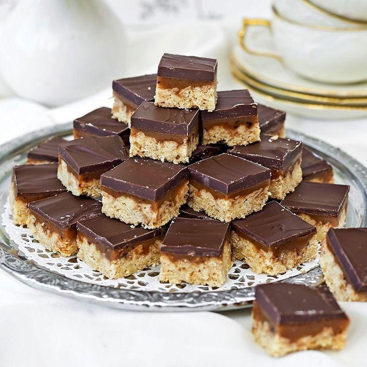 Mumsiga godisbitar i tre skikt med ett rejält lager choklad överst.