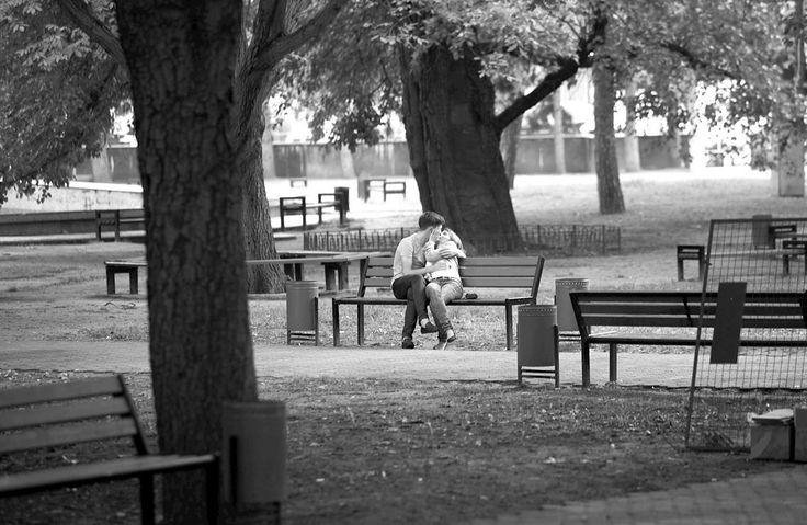 Молодость и поцелуи на скамейке... Какие же сладкие могут быть воспоминания #prelude #kiss #bench #park #lovers #romantic #safeconnection