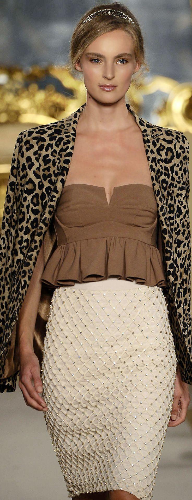 LA COLECION DE ELIZABETTA FRANCHI-PRIMAVERA 2015 La Diseñadora Elisabetta Franchi- Presenta su nueva Colección Primavera 2015, es una colección de #moda muy sexy, femenina que sera una sensación para  la próxima temporada de primavera con estampados de leopardo, cuellos con pedrería, lentejuelas, elegante y casual.