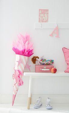 Einhorn, Sterne und ganz viel Pink: Diese selbst gebastelte Schultüte ist ein Mädchentraum. Unser DIY zeigt dir, wie du die Tüte selbst bastelst.