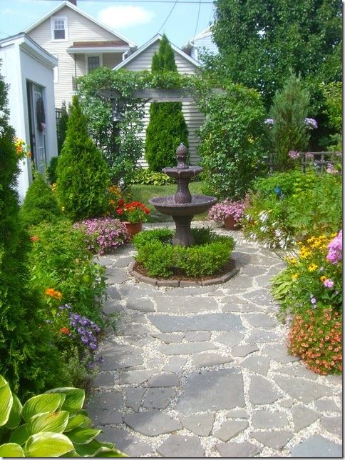 Small yards. Flags over gravel – and a fountain that sits more in the middle of the space.