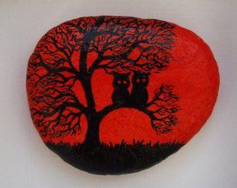 Peint à la main pierres aimants avec les chats : Original art peinture sur galets Les cailloux sont peint avec laquarelle (arrière-plan) et encre noire et pulvérisés avec du vernis. Taille approximative : Un chat : 1.3 » x1.3 » (3.3cmx3.3cm) Deux chats : 1,8 x1.4 » (4.5cmx3.5cm) Trois chats: 2 x1.5 (5cmx3.8cm)  Jai personnalisé peinture sur pierres et coquillages et pouvez peindre quelque chose de spécial pour vous dans le style de la silhouette : une image particulière, mot, nom, initiales…