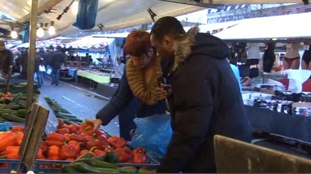 Hubert op de markt met een van zijn kandidaten.
