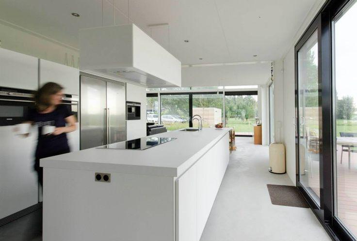 Witte keuken mooi ingebouwde rvs koelkast