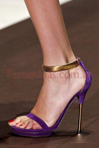 El taco aguja resalta la figura femenina y acentúa las curvas de la mujer http://www.femeninas.com/zapatos-taco-aguja-moda.asp