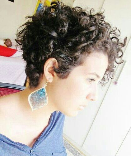 Love this short curly haircut.