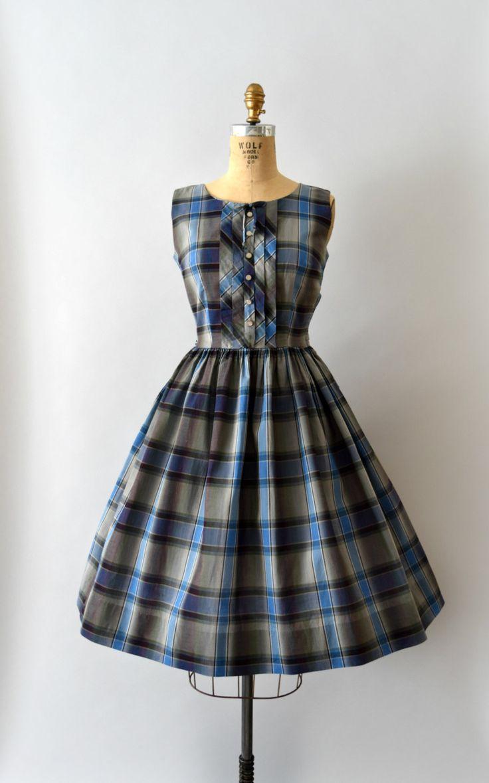 DEZE JURK IS VOORBEHOUDEN--NIET KOPEN!   Vintage jaren 1950 jurk, blauw en grijs plaid katoen lichaam, ingerichte bovenlijfje met decoratieve knop voorste, scoop nek, tank stijl schouders, voorzien van taille, volledige rok, verborgen zijkant metalen rits  ---M E EEN S U R E M E N T S---  Pasvorm/grootte: S  Bust: 34 Taille: 26 Heupen: gratis Lengte: 40  Maker/merk: Carolina meid jurken Voorwaarde: Groot, lussen van de riem zijn afgesneden.  - - - - - - - - - - - - - - - - - - - - ...