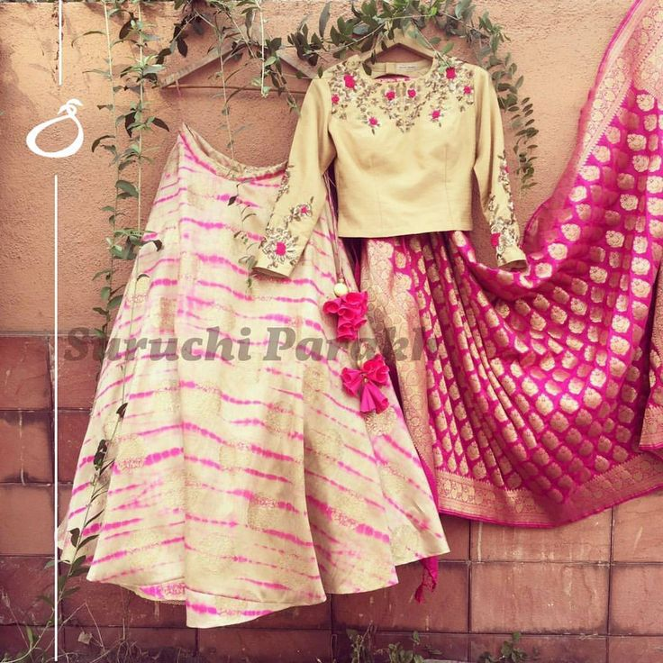 Designing something minimalistic and yet eye catching and beautiful is what we love. The beatiful silk lehenga with such a pretty handwork blouse and adorned with this equally gorgeous banarasi dupatta has minimalism and beauty. new collection  banarasi  instalike  instadaily  fashion  monday  colorful  love . 30 March 2017