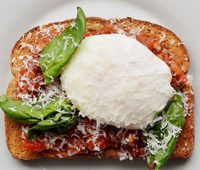 Posjert egg, parmesan, basilikum, marinarasaus (italiensk tomatsaus)