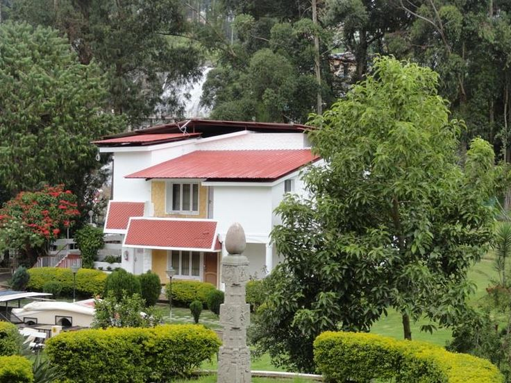 Kodai International is located on 17/328, Lawsghat Road. Kodaikanal. The grandeur of the hotel and its magnificent decor speaks volumes about the opulence it has to offer. Bringing in luxurious accommodation coupled with a gamut of facilities, this hotel is indeed an ideal escape from the bustling city life.