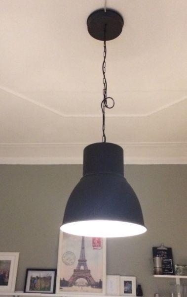 HEKTAR von Ikea (47cm) in schwarz, innen mit Blattsilber ausgestattet. Inklusive Leuchtmittel, für...,Moderne große Leuchte schwarz/silber (Hektar) in Weimar - Weimar