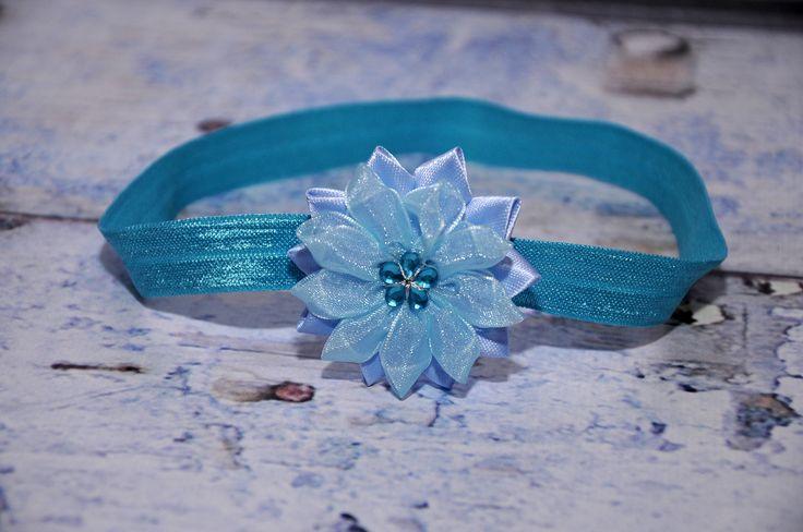 čelenka+-+modrá,+květ+ledově+modrý+-+průměr+květu+5cm,+střed+květu+zdobí+tyrkysová+kytička+-+čelenka+je+z+pružného+materiálu,+krásně+přilne+k+hlavičce+a++netlačí+-+šiji+podle+obvodu+hlavičky,+alepokudnevíte+a+chcete+čelenkou++překvapit+jako+skvělým+dárkem,+stačí+zadat+pouze+věk+dítěte
