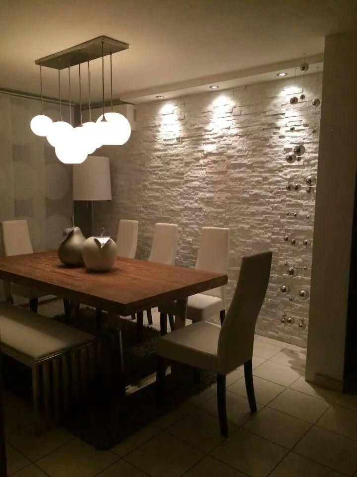 Iluminación sobre pared de piedra.