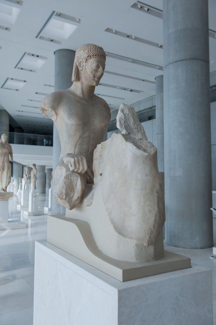Ιππέας Rampin (αρ. 590), Μουσείο της Ακρόπολης Έργο σπουδαίου καλλιτέχνη, από μάρμαρο Πάρου ο Ιππέας Rampin, το παλαιότερο άγαλμα και ο μεγαλύτερος και πιο φημισμένος από τους αρχαϊκούς ιππείς, αφιερώθηκε στο ιερό της Αθηνάς γύρω στα μέσα του 6ου αι. π.Χ. Το κεφάλι του ιππέα είναι γύψινο εκμαγείο. Το πρωτότυπο (που συνταιριάστηκε με τον κορμό από τον Άγγλο αρχαιολόγο H. Payne), σήμερα βρίσκεται στο Μουσείο του Λούβρου (MNC 2128) προερχόμενο από τη συλλογή του G. Rampin.