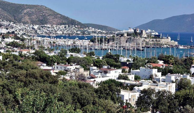 """Güney Ege'de turizmciler, yerli turistle """"bayram"""" edecek.  Beyaz boyalı, mavi pencereli butik otelleriyle yerli ve yabancı turistlerin gözde mekanları arasında yer alan Bodrum, bayram tatilini geçirmek isteyenlere ev sahipliği yapacak."""