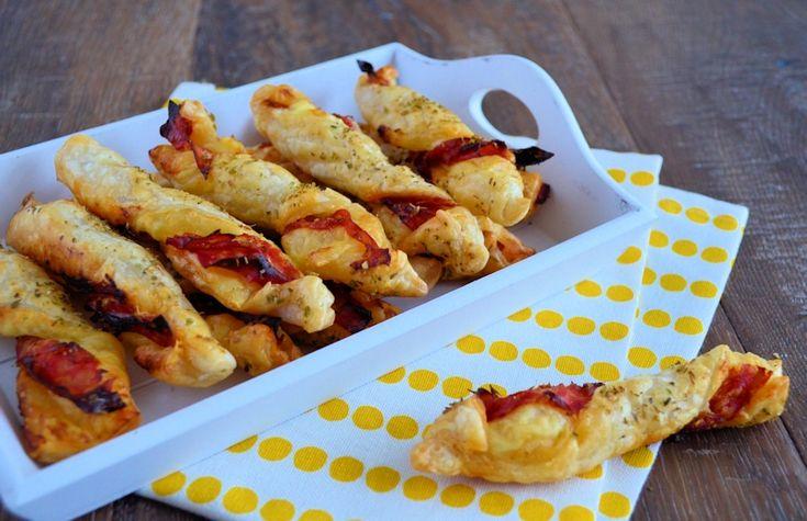 Chorizo kaas twisters maak je snel en makkelijk van bladerdeeg met plakjes kaas en chorizo. Perfect hartig hapje voor feesten en partijen.