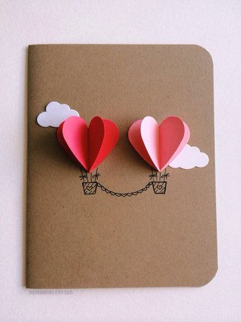 同じ色のハートを二枚作り、真ん中で折ったらカードにそれぞれはりつけるだけ。白い雲も素敵ですね。