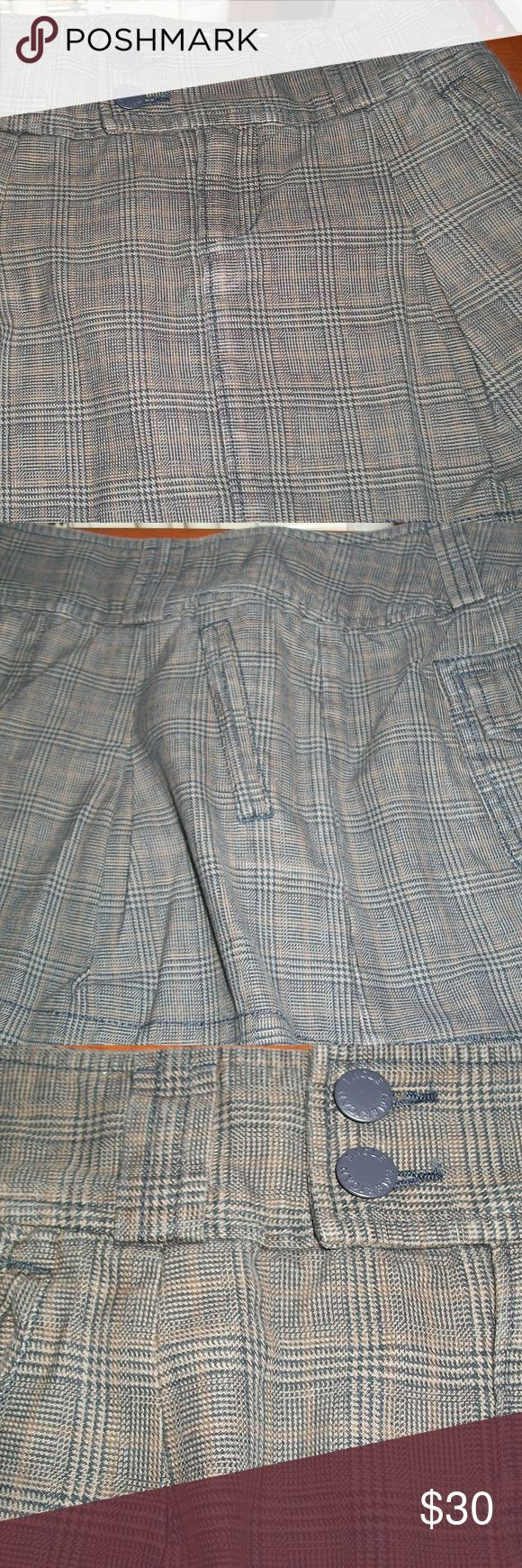 American Eagle Outfitters Gray Plaid Skirt Size 0! American Eagle Outfitters Gray Plaid Skirt Size 0. Great, like new condition (Worn no more than twice) with no rips, tears or stains.  Size 0, front zipper, 2 front pleats, front welt pockets, back pockets with hidden button closure flaps. American Eagle Outfitters Skirts Mini