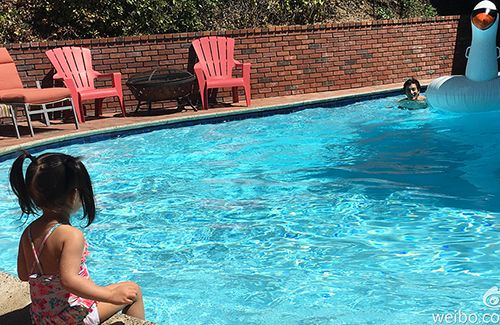 Wang Leehom and his 2-year-old daughter, Jiali, have a pool party. The family are expecting their second child at the end of the year.